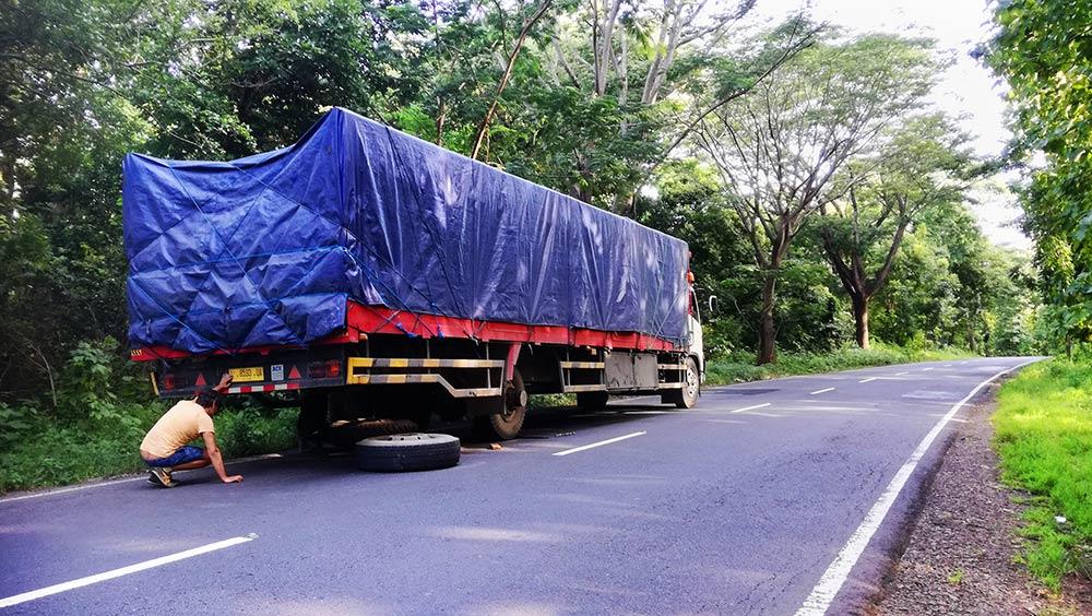 Camion en la cuneta de una carretera. Rock & Roll se llamaba. De Java a Bali en autostop.