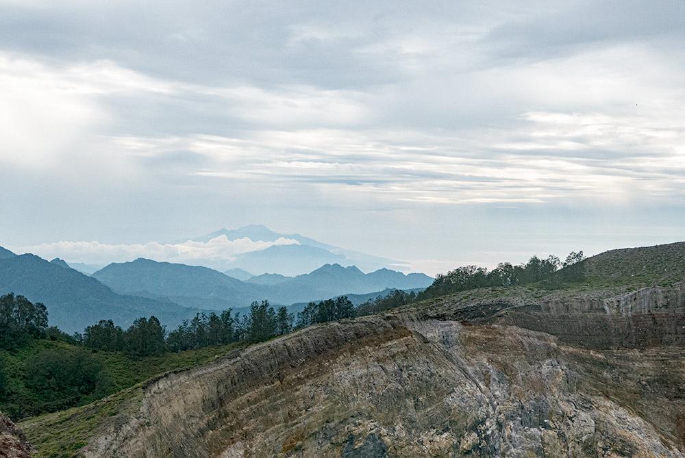 Vista de las montañas en el horizonte en el volcán Kelimutu.