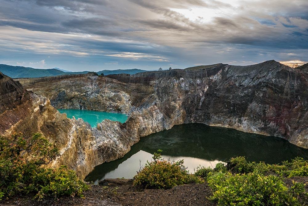 Lagos del las calderas del volcán Kelimutu. Uno de color turquesa y otro ocre oscuro.