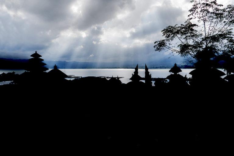 Silueta de los templos de Trunyan con el lago Batur al fondo. Trunyan.