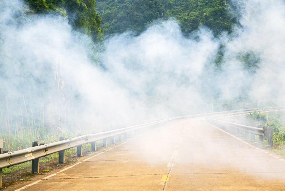 Carretera en la pasa un gran banco de niebla que no permite ver el fondo -Viajar en moto por Vietnam