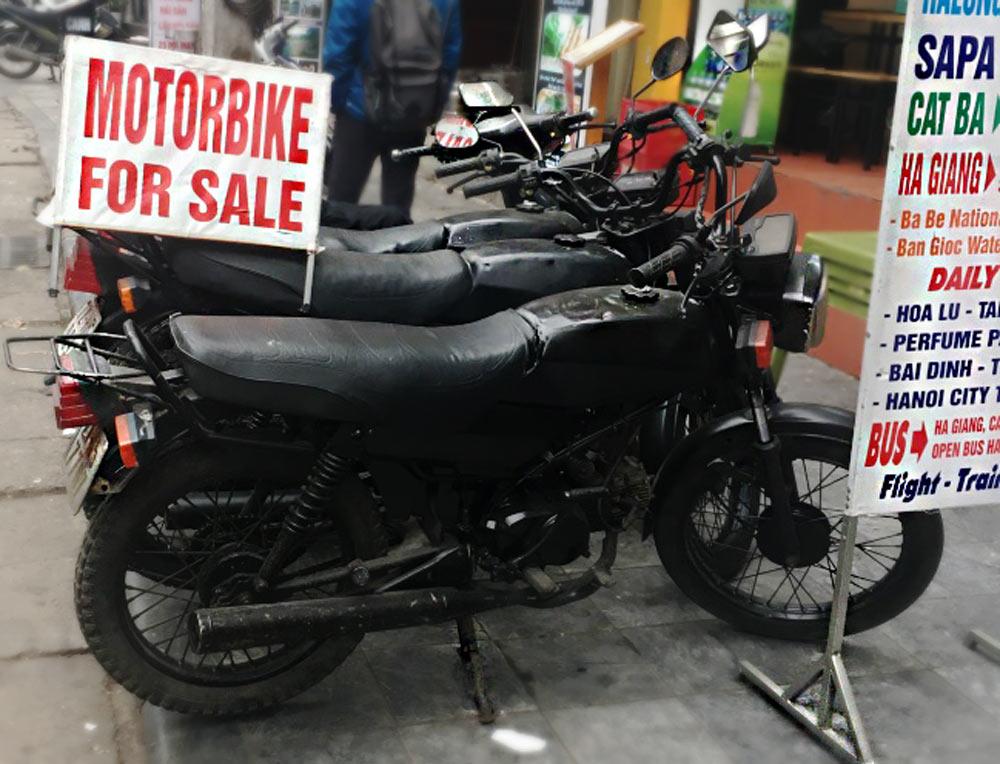 Motos en venta en Hanoi. Motos negras en fila en una acera - Viajar en moto por Vietnam