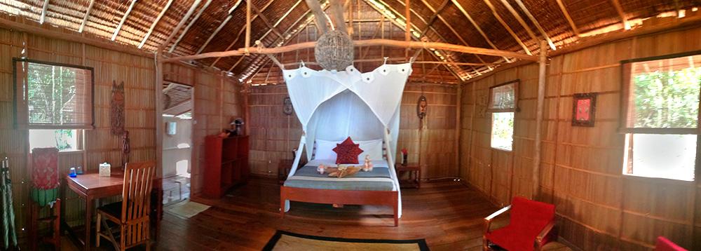 Interior de una habitación ene un Resort. Todo la habitación construida en madera de bambú. Cómo conseguir hoteles baratos.