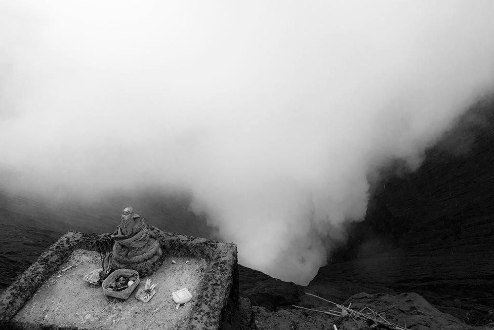 Un pequeña base dedicada a las ofrendas enfrente del volcán Bromo.