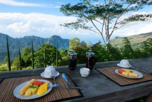 Un desayuno con fruta, al fondo las vistas del valle en Manulalu. Cómo conseguir hoteles baratos.