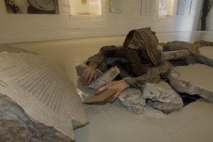 Un esqueleto vestido de monje resucita de entre los muertos. Este esqueleto está en medio del museo de magia y brujería.