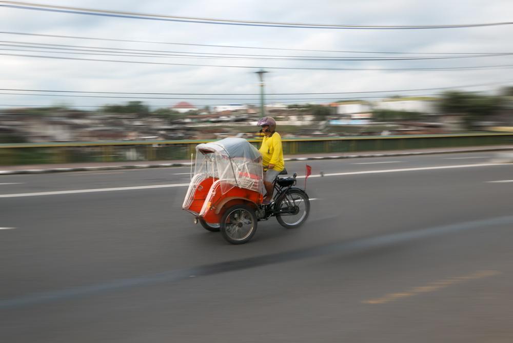 Tuc tuc motorizado sobre el puente de Kali Code. Perderse en Yogyakarta
