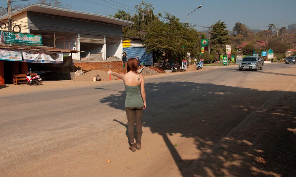 Haciendo de dedo en una carretera hacia Mae Hong Son