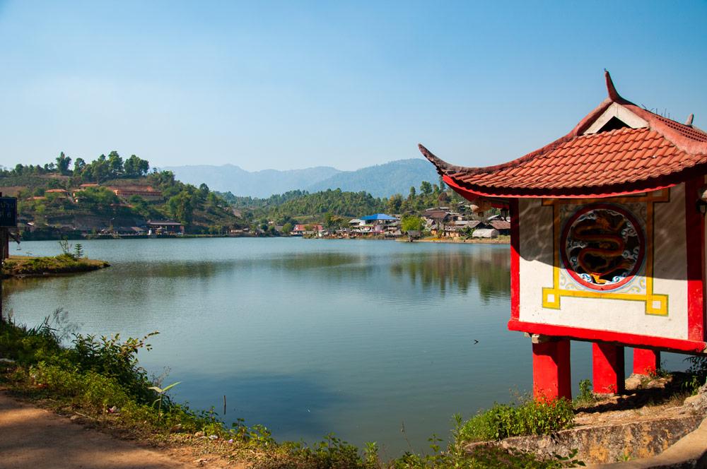 Templete chino en un pueblo chino de Tailandia a orillas de un gran lago. Mae Hong Son, la ciudad de la niebla.