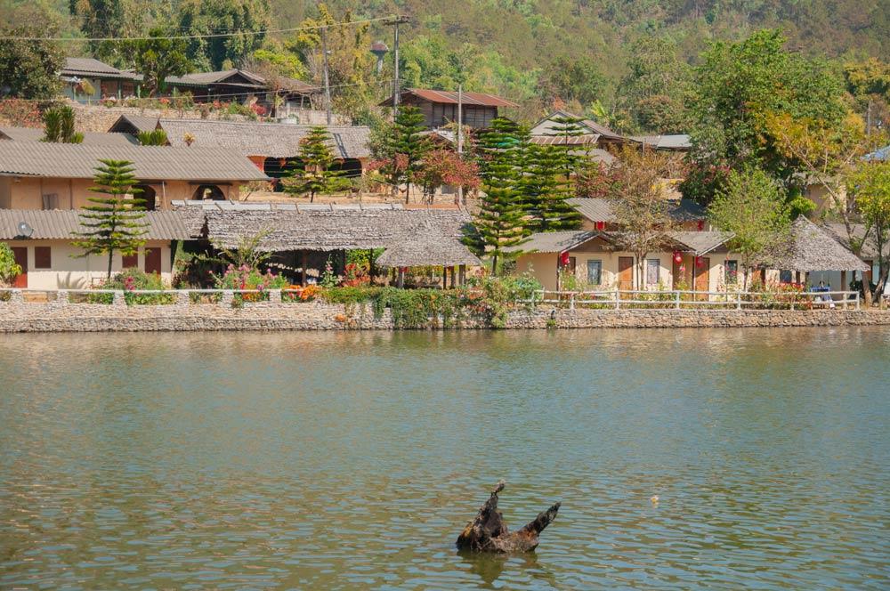 Casitas del pueblo chino Bran Rak Thai con techos de paja que rodean un gran lago. Mae Hong Son, la ciudad de la niebla.