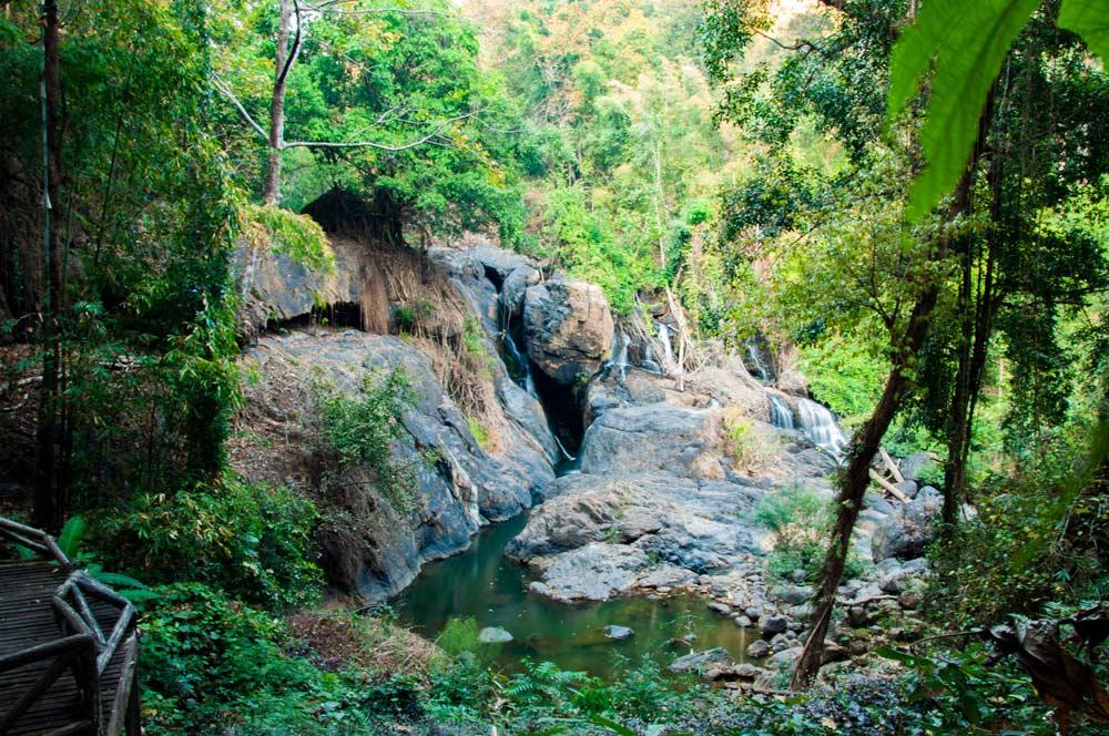Impresionante paisaje. Pequeñas cascadas rodeadas de selva verde y frondosa. Mae Hong Son, la ciudad de la niebla.