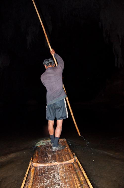 Barquero de espaldas remando de pie en la cueva de Tam Lot. Mae Hong Son, la ciudad de la niebla.