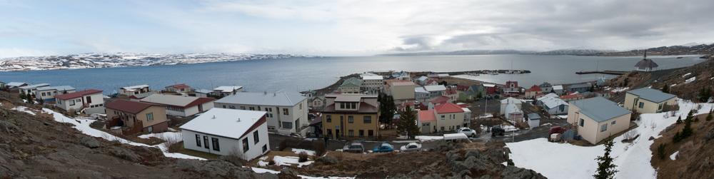Foto panorámica de Holmovik. Su puerto y las montañas al fondo nevadas. vista desde una colina del pueblo.