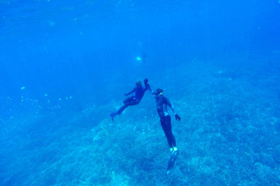 Una pareja a unos 5 metros de profundidad bajo el mar chocan las 5. Perder el Rumbo