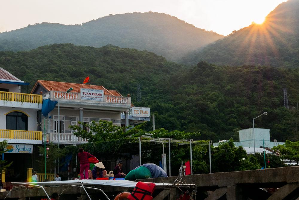 Puerto donde podemos ver un homestay llamado Tuan Thanh y unas verdes montañas al fondo. Islas Cham