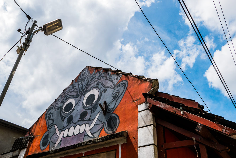 Pintura en la medianera de un edificio en vivos colores. Arte callejero. Yogyakarta