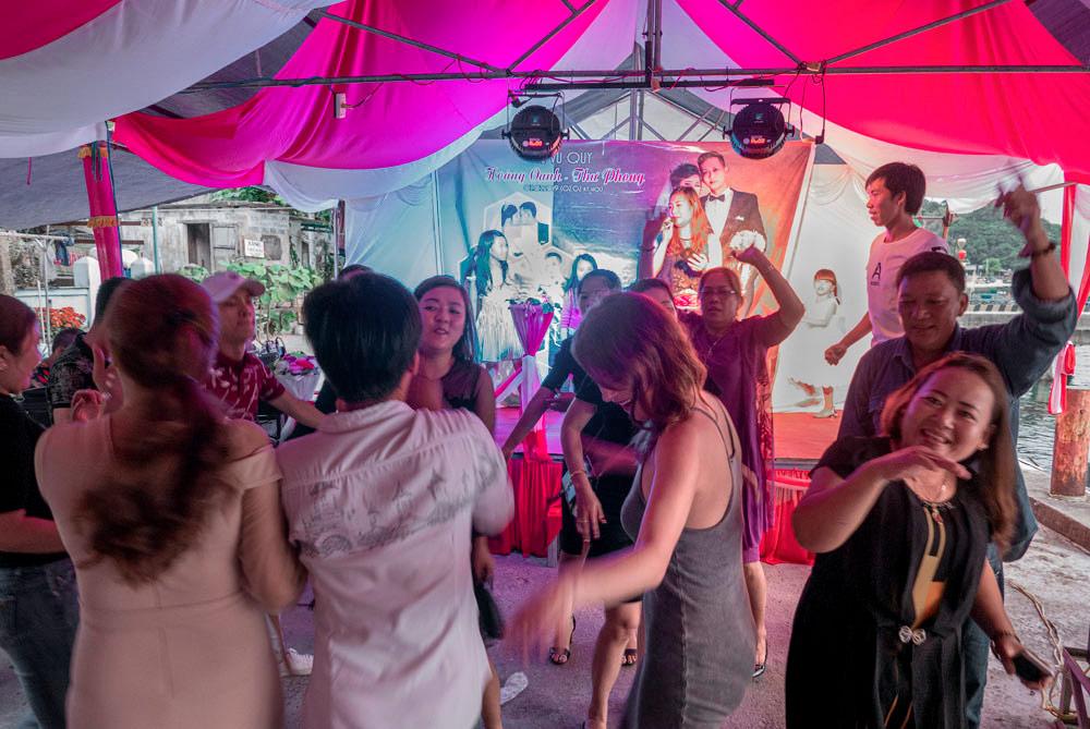 Karaoke en una boda vietnamita y varias personas bailando y disfrutando del momento. Islas Cham