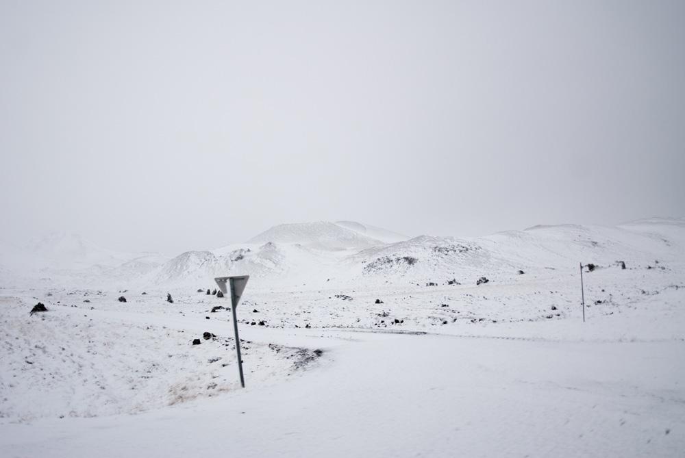 Paisaje completamente nevado solo se ven algunas piedras volcánicas en negro.