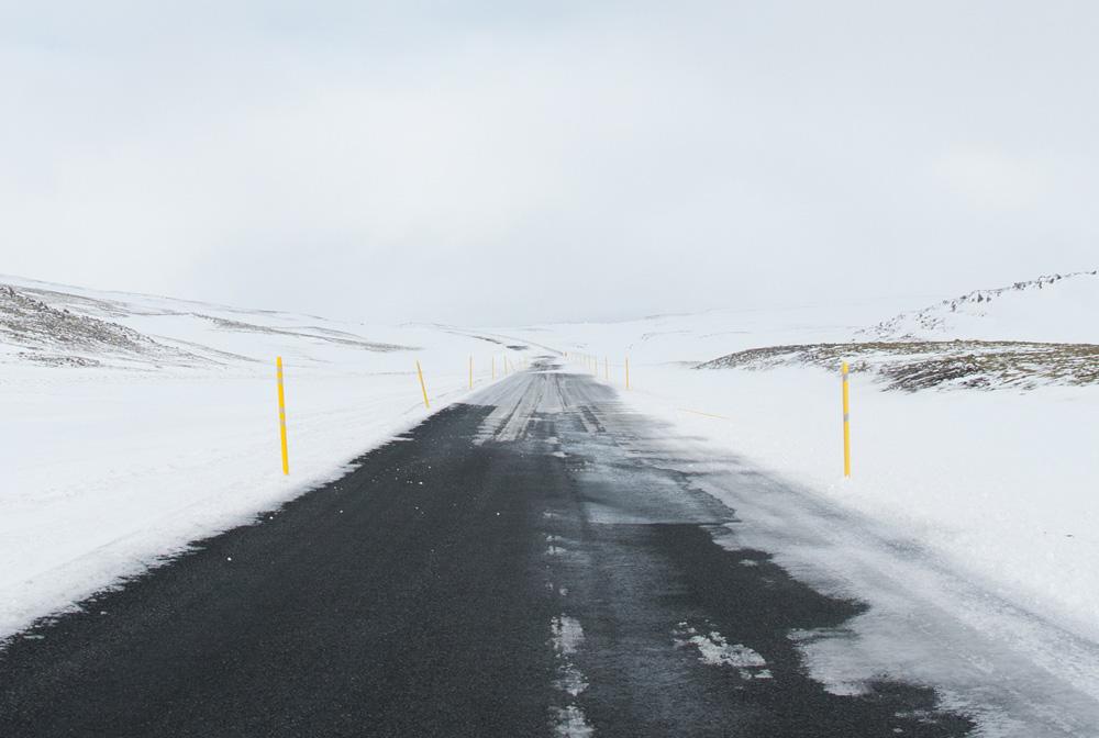 Carretera que se llena de nieve y no se ve el final debido a ella.