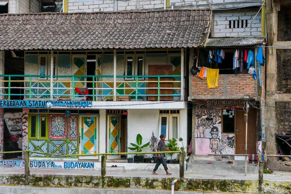 Casas adornadas con pinturas de arte callejero. También observamos ropa de colores en un tendal. Yogyakarta