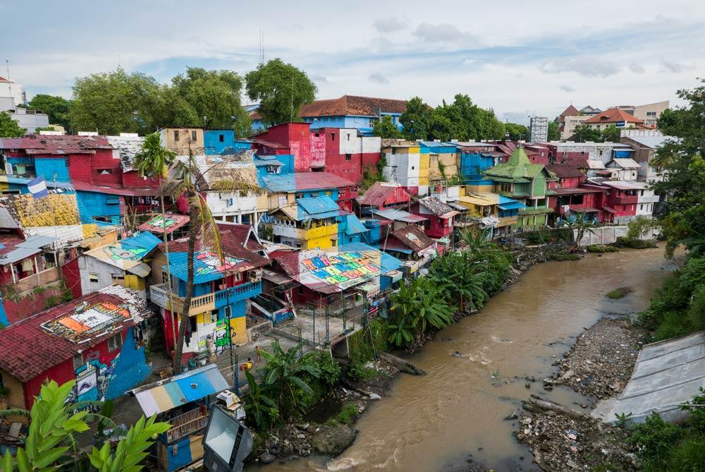 Vista general desde el Puente de Gandolaya de los tejados y casas de colores del río Code. Yogyacarta