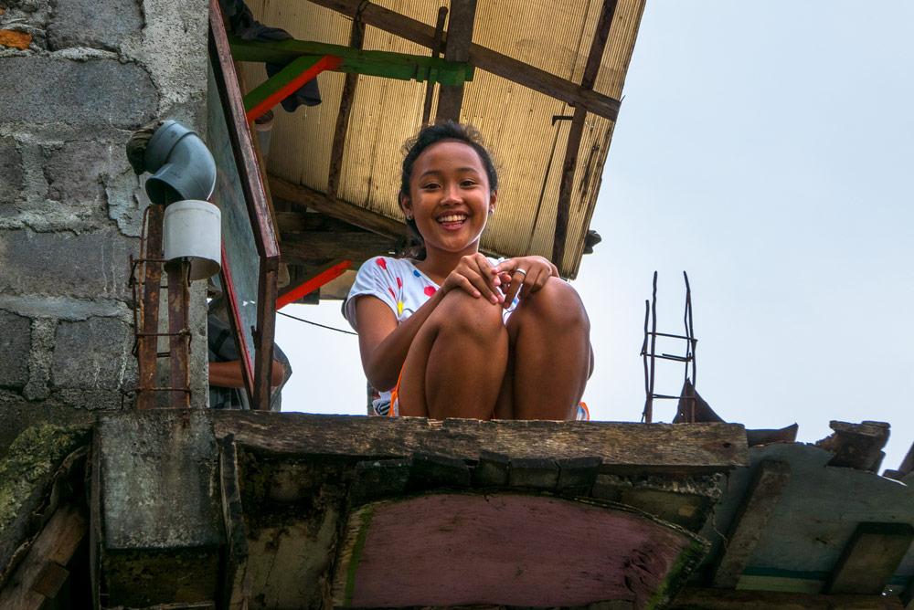 que sonríe con dulzura al fotógrafo. Yogyakarta