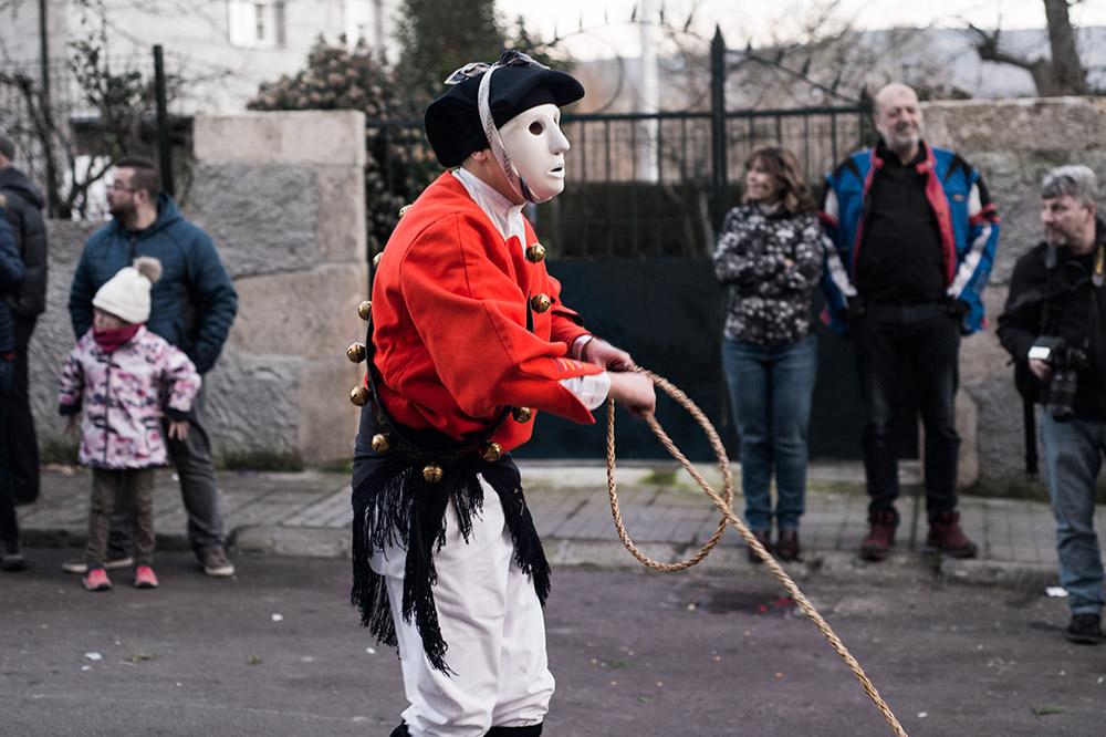 Hombre disfrazado de issohador con un traje negro y blanco y un sombrero. Lleva una cuerda que lanza para intentar apresar a la gente que lo observa por las calles. Golfo de Orosei. cerdeña