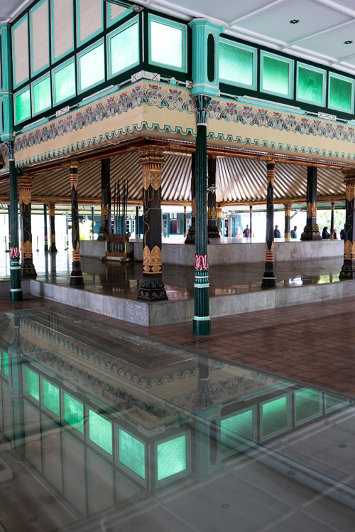 Palacio del sultán. Interior en que se aprecian unas columnas que soportan unos cubos con cristales verdes que se reflejan en el brillante suelo. Yogyakarta