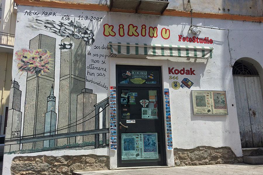 Atentado contra las torres gemelas representado en una pared al lado de una tienda de fotografía. Orgosolo. Cerdeña