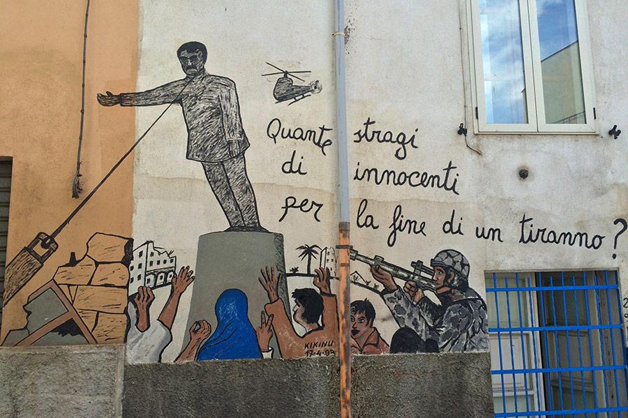 Pintura mural de la retirada de la estatua de Sadam Husein. Orgosolo. Cerdeña