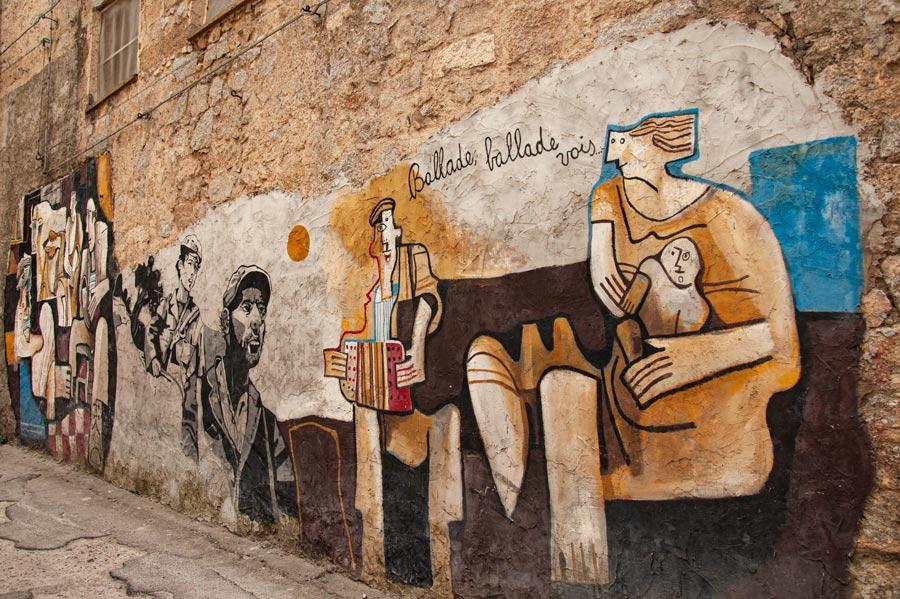 Mural picassiano en pared de piedra. Orgosolo. Cerdeña