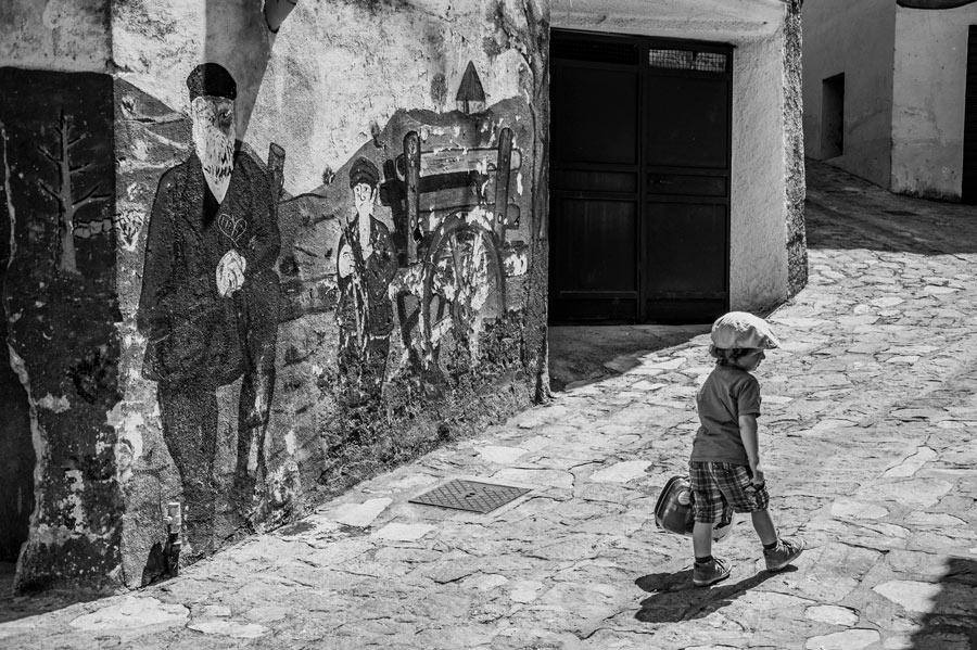 Niño que juega posr las calles de Orgosolo llenas de murales. Orgosolo. Cerdeña