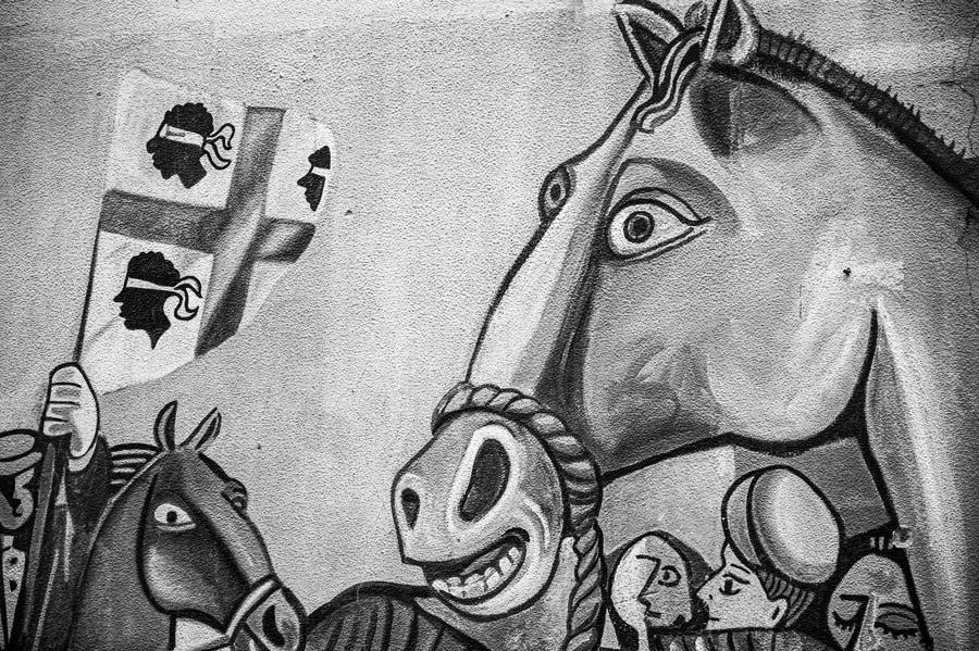 Primer plano de una pintura mural con un caballo y la bandera de Cerdeña. Orgosolo. Cerdeña