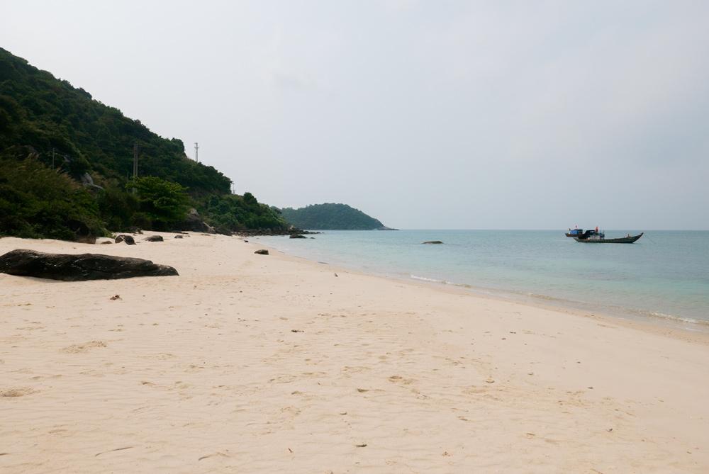 Playa paradisíaca de arena blanca y aguas transparentes. Islas Cham