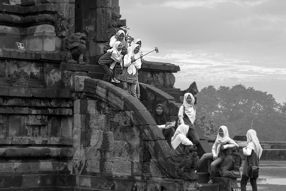 Chicas de un colegio con velo haciéndose fotografías en Prambanan. Yogyakarta