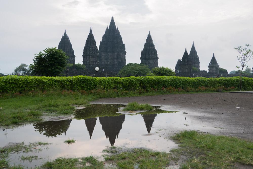 Vista general del templo de Prambanan y su reflejo en un charco después de una fuerte tormenta. La calma después de la tempestad. Yogyakarta