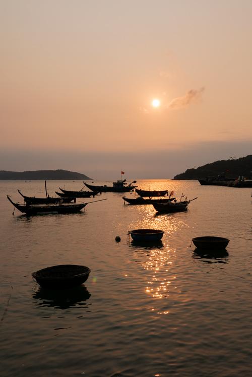 Barcos al atardecer. El cielo está teñido de un precioso color anaranjado. Islas Cham