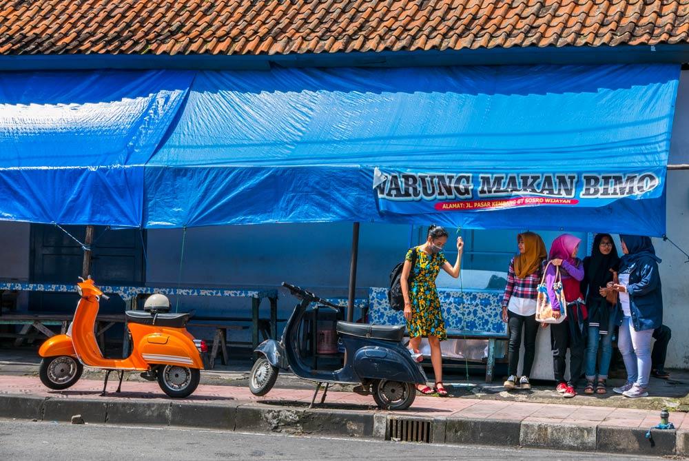 Chicas delante de un warung, sitio típico de comida en Indonesia. Yogyakarta