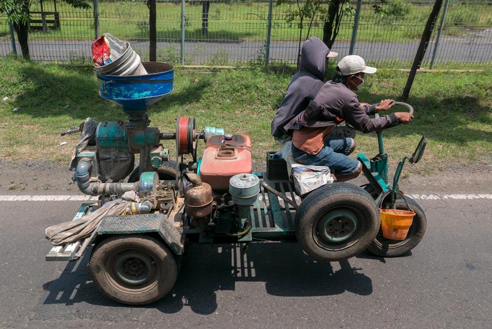 Vehículo manufacturado con piezas sobrantes de otros. De Java a Bali en autostop