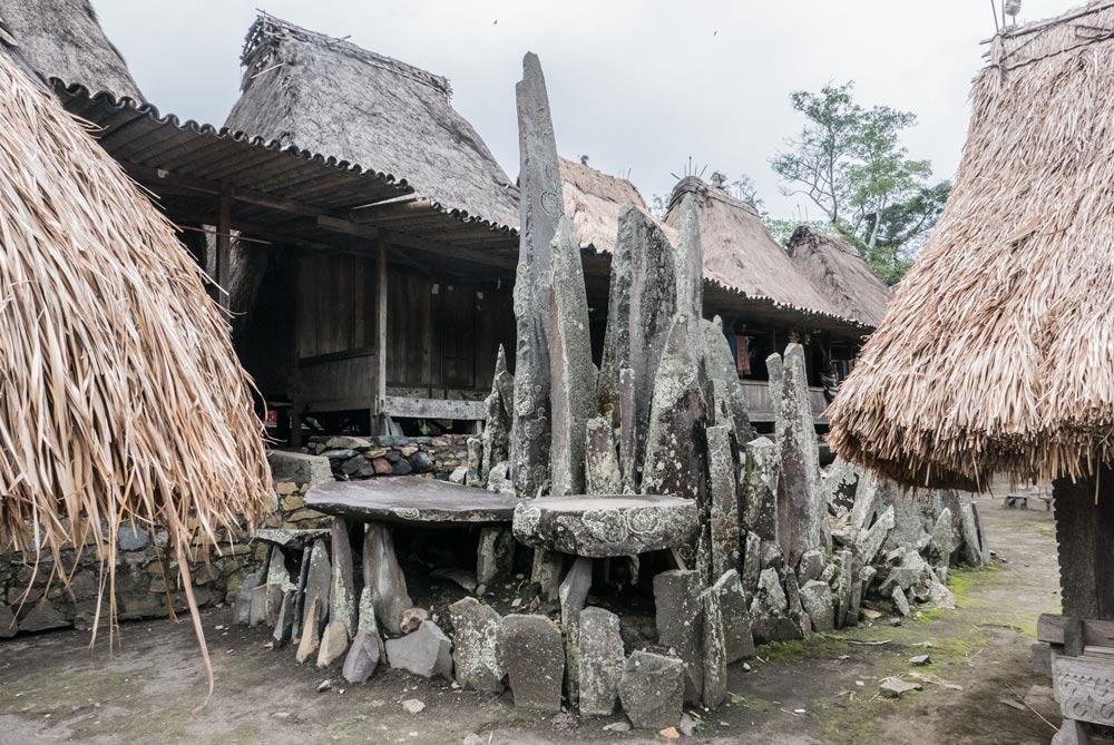 Altar de piedras en la plaza central de Bena. RUTA ISLA DE FLORES. INDONESIA. VIAJE EN MOTO 5 ETAPAS