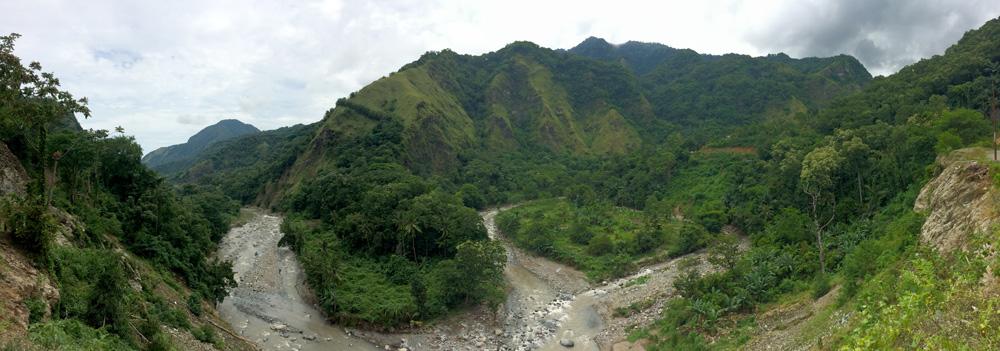 Rio que bordea la carretera destino Moni.