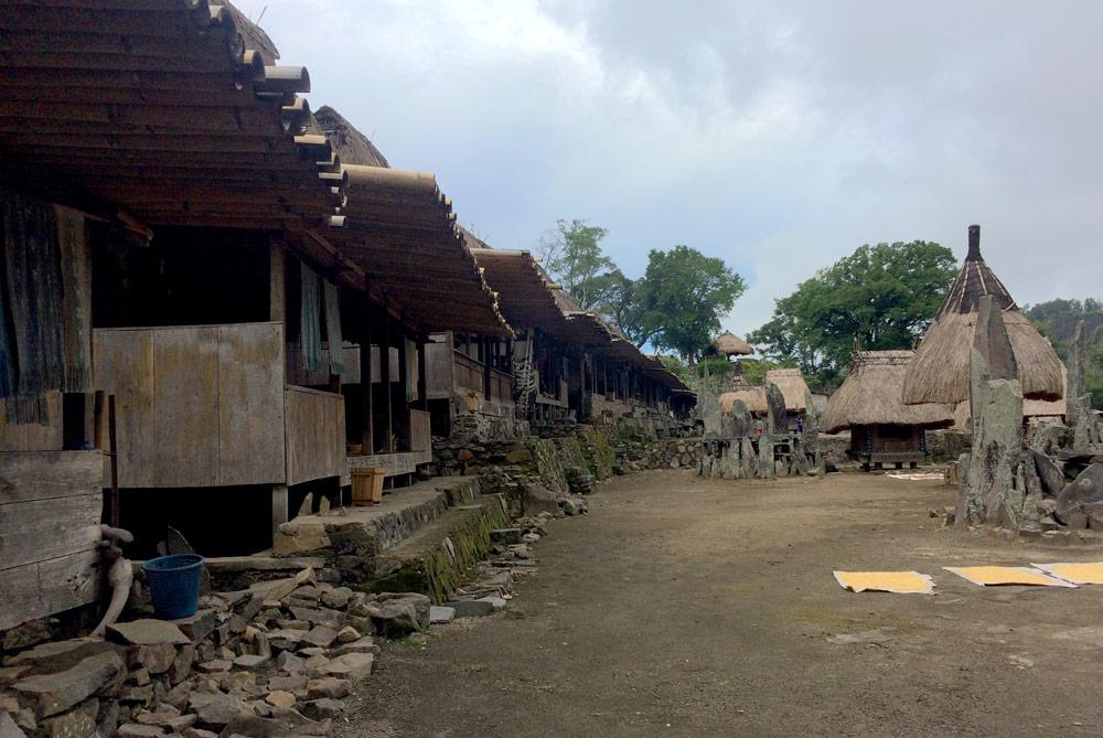 Vista del pueblo tradicional de Bena con detalle de los porches de las cabañas. RUTA ISLA DE FLORES. INDONESIA. VIAJE EN MOTO 5 ETAPAS
