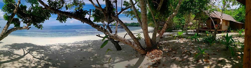 Bungalow en la playa Biodiversity Dive Resort. Buceo en Raja Ampat. Papúa. Indonesia.