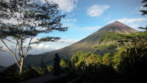 Vistas del volcán Iniere. RUTA ISLA DE FLORES. INDONESIA. VIAJE EN MOTO 5 ETAPAS