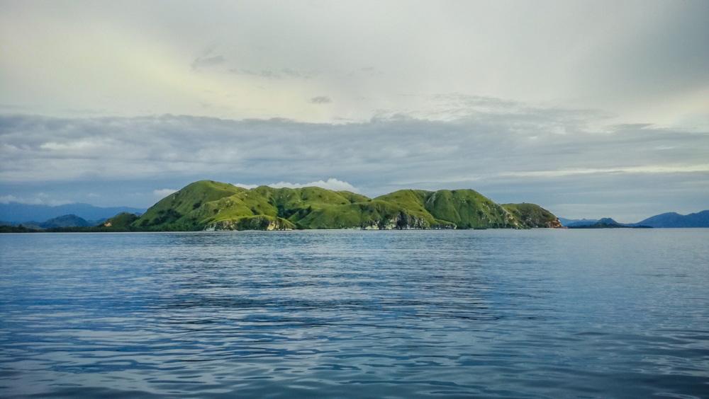 Una pequeña isla en el Parque nacional de Komodo. RUTA ISLA DE FLORES. INDONESIA. VIAJE EN MOTO 5 ETAPAS