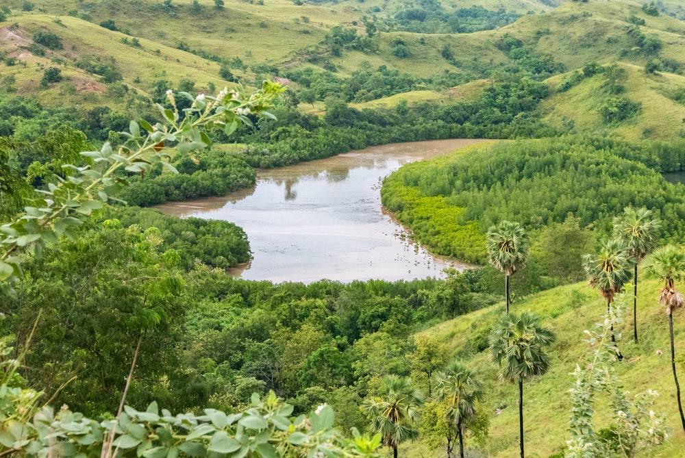 Un lago visto desde una montaña en Labuan Bajo. RUTA ISLA DE FLORES. INDONESIA. VIAJE EN MOTO 5 ETAPAS