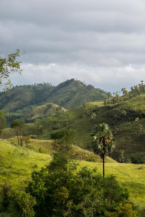 Montañas con el verde intenso típico de la isla de flores. RUTA ISLA DE FLORES. INDONESIA. VIAJE EN MOTO 5 ETAPAS