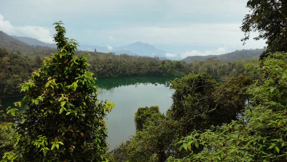 Lago que se ve camino a bajawa. Lago de color turquesa rodeado de vegetación..RUTA ISLA DE FLORES. INDONESIA. VIAJE EN MOTO 5 ETAPAS