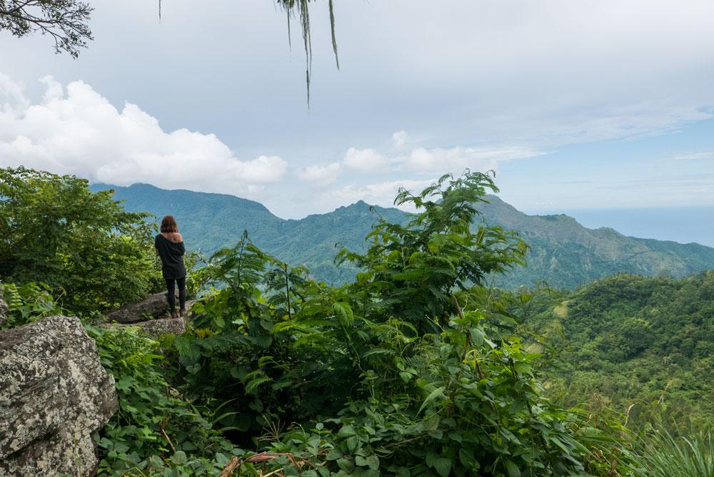 Paisaje que se observa desde el mirador de Bena. Impresionantes montañas llenas de vegetación. RUTA ISLA DE FLORES. INDONESIA. VIAJE EN MOTO 5 ETAPAS