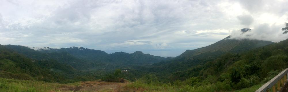 Vistas de los valles con el mar al fondo desde el mirados de Manulalu. RUTA ISLA DE FLORES. INDONESIA. VIAJE EN MOTO 5 ETAPAS